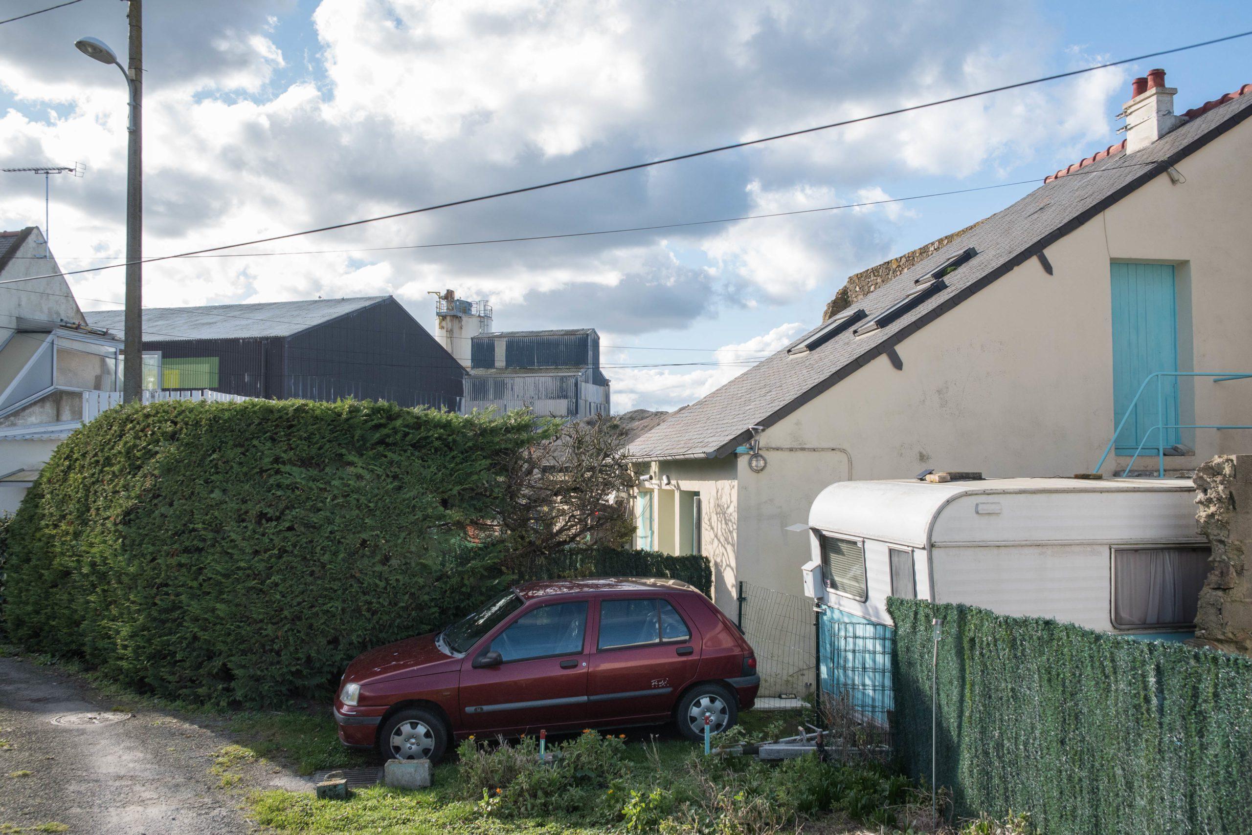 L'usine Timac Agro jouxte une zone résidentielle, à Saint-Malo. Les riverains se plaignent des odeurs et certains affirment souffrir de douleurs physiques. Jean-Philippe Corre - Splann !