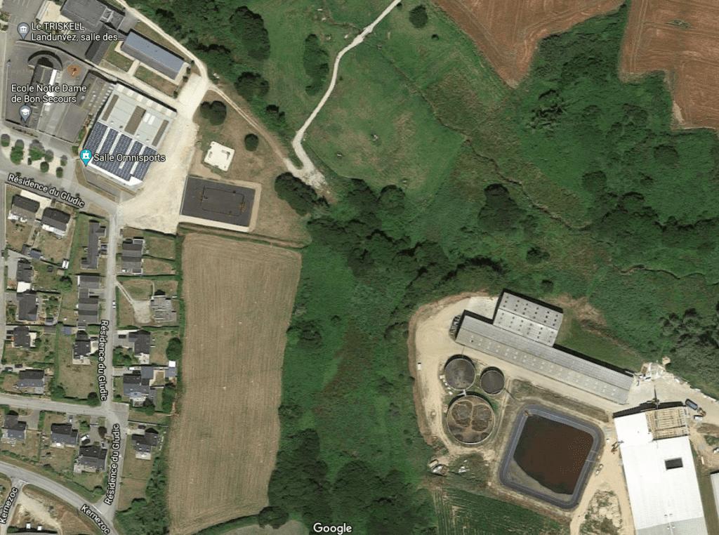 SARL Avel Vor e Landunvez - Gwel Loarel : Ar skol, tachenn-c'hoari ar vugale hag ur c'harter annez savet da 200 metrad eus poulloù-hañvouez (tapadenn-skramm Google maps). - Splann !